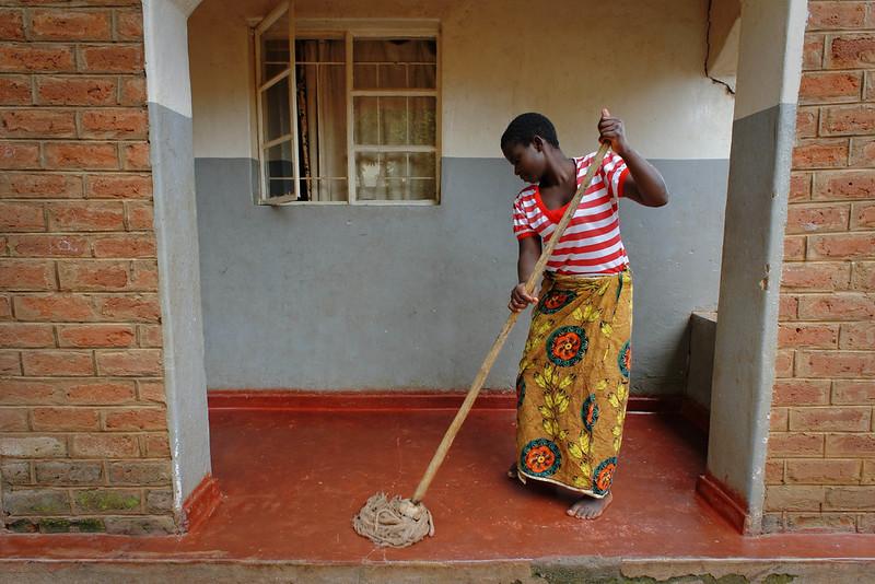Ein Mädchen bei der HausarbeitEin Mädchen bei der Hausarbeit |  Bild: © ILO [CC BY-NC-ND 2.0]  - flickrEin Mädchen bei der Hausarbeit