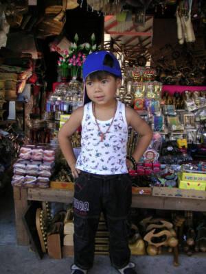 Junge verkauft Souvenirs in Thailand