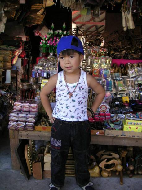 Junge verkauft Souvenirs in ThailandJunge verkauft Souvenirs in Thailand |  Bild: © talkrabb  [CC BY 2.0]  - FlickrJunge verkauft Souvenirs in Thailand