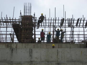Jugendliche Arbeiter auf einer Baustelle