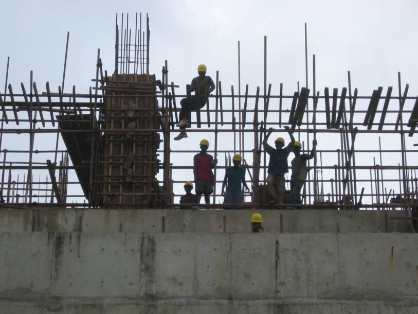 Jugendliche Arbeiter auf einer Baustelle |  Bild: © aj82 [CC BY-SA 2.0]  - Wikimedia CommonsJugendliche Arbeiter auf einer Baustelle