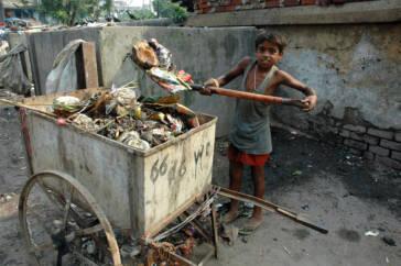 Ein Kind als Müllsammler in Indien