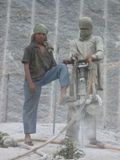 Papier vs. Stein: Verbot von Grabsteinen aus Kinderarbeit scheitert an bürokratischem Aufwand