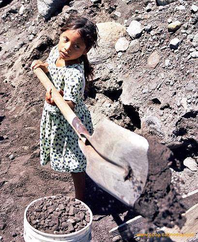 Mädchen Kinderarbeit Steine  Bild (Ausschnitt): © noosanjac - flickr