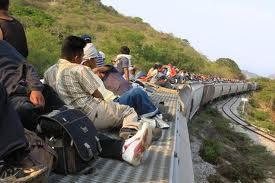 Migrantes centroa mericanos viajan sobre el Tren en su paso por mexico a Estados Unidos