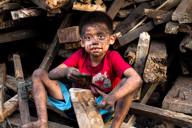 Charcoal Child Labour |  Bild: ©  Adam Cohn [CC BY-NC-ND 2.0]  - flickrCharcoal Child Labour