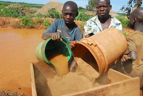 Kinder beim Goldwaschen (Symbolbild) |  Bild: © Djembe - dreamstime