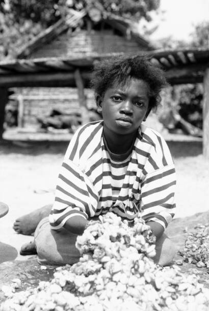 Young girl mixing cocoa beans.Young girl mixing cocoa beans. |  Bild: © Romano [CC BY-NC 2.0]  - flickr.comYoung girl mixing cocoa beans.