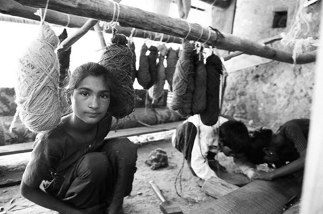 Im Textilsektor müssen immer noch viele Minderjährige arbeiten (Symbolbild) |  Bild: Carpet Weaving, Swari Madhopur District, Rajastan, India © ILO/Jeffrey Leventhal [CC BY-NC-ND 3.0 IGO]  - ILO Asia-Pacific / Flickr