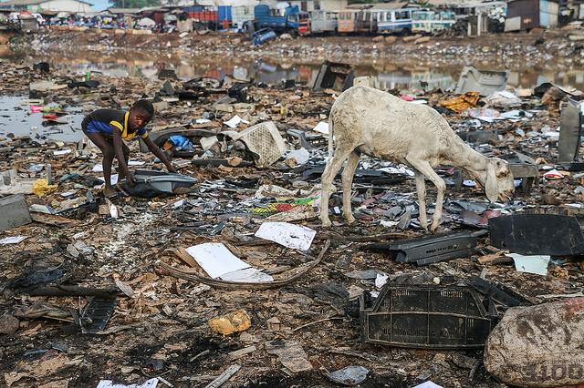 Die Mülldeponie Agbogbloshie in Ghana gehört zu den giftigsten Orten der Welt |  Bild: Entering Agbogbloshie © Fairphone [CC BY-NC 2.0]  - Flickr