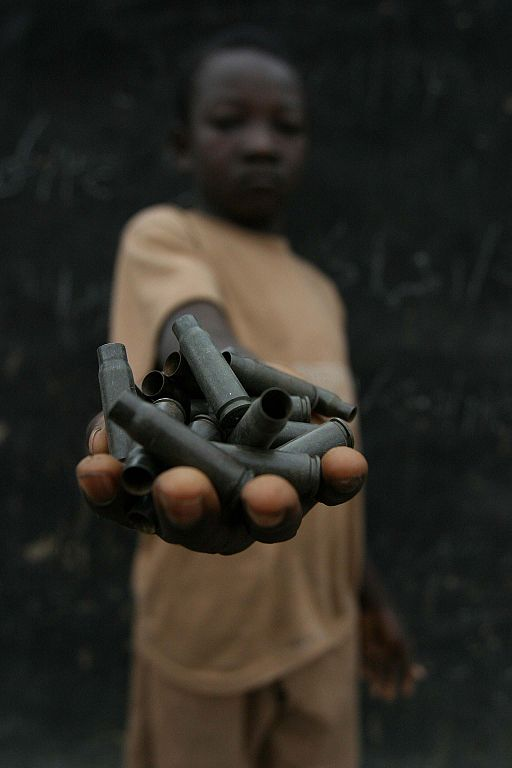 Kind Patronen Soldat Viele Kinder in Krisengebieten werden als Soldaten rekrutiert | Bild (Ausschnitt): © Pierre Holtz / UNICEF CAR /  [CC BY-SA 2.0]  - Wikimedia Commons