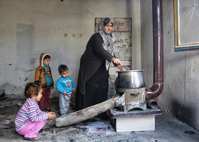 Während sich Mütter um ihre Babys kümmern, müssen die älteren Kinder in der Türkei in Schuhfabriken arbeiten, um ihre Familie finanziell zu unterstützen |  Bild: © UN Women Europe and Central Asia [CC BY-NC 2.0]  - flickr