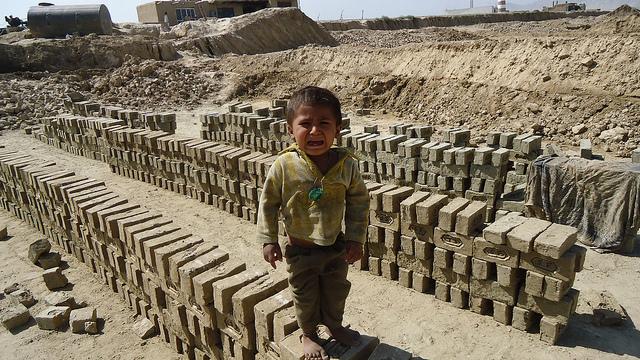In Ziegeleien müssen Kinder unter unwürdigen Bedingungen arbeiten, um ihre Familien zu unterstützen    Bild: Crying child in Afghan brick kiln © ILO in Asia and the Pacific [CC BY-NC-ND 2.0]  - flickr