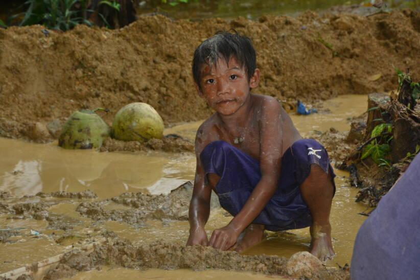 Kinderarbeit GoldmineViele Kinder arbeiten, um ihre Familie zu unterstützen, anstatt in die Schule zu gehen |  Bild: Child labour in small-scale gold mine © ILO / Minette Rimando (December 2016) [CC BY-NC-ND 2.0]  - FlickrKinderarbeit Goldmine