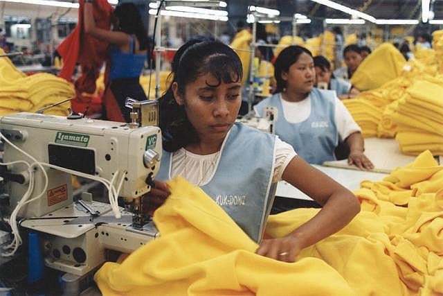 Arbeiter in der Textilindustrie |  Bild: © marissaorton [CC BY-SA 2.0]  - Wikimedia Commons