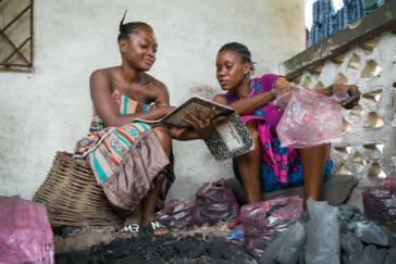 Frau in Sierra Leone lernt mit ihrer Nichte während der Schulschließung aufgrund von Covid-19