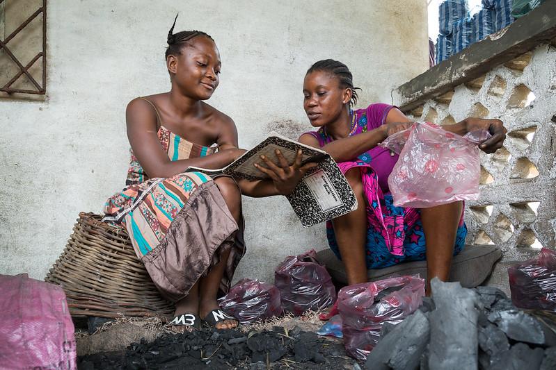 Frau in Sierra Leone lernt mit ihrer Nichte während der Schulschließung aufgrund von Covid-19Sie musste nach der Ebola-Krise ihre eigene Ausbildung aufgeben und unterstützt nun die Bildung ihrer Nichte |  Bild: Miatta, 14 studying while her aunt Bendy works, Liberia © GPE/ Kelley Lynch [CC BY-NC-ND 2.0]  - flickrFrau in Sierra Leone lernt mit ihrer Nichte während der Schulschließung aufgrund von Covid-19