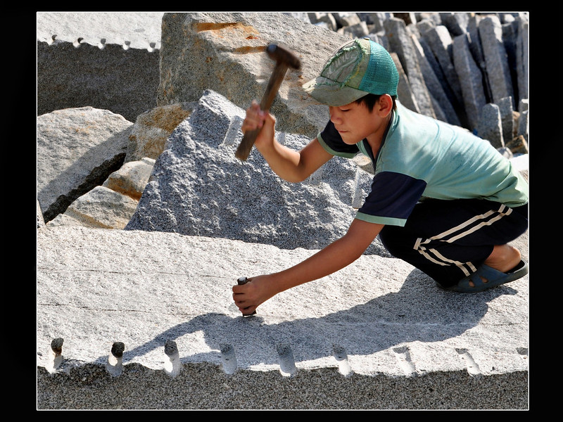 Ein Kind arbeitet in Asien in einem Steinbruch |  Bild: © ILO Asia-Pacific [CC BY-NC-ND 2.0]  - flickr