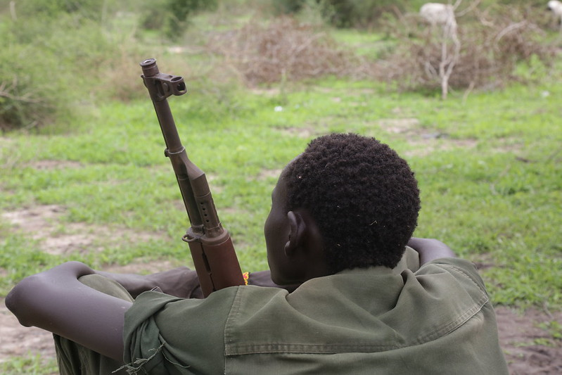 Kindersoldat mit Waffe |  Bild: Release of Child Soldiers in Pibor © UNMISS [CC BY-NC-ND 2.0]  - flickrKindersoldat mit Waffe