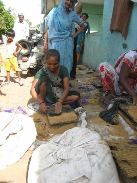 Ms Usha Ranjitsingh squats on the pavement outside her home, making incense sticks. |  Bild: SEWA Gujarat Usha Ranjitsingh © ILO Asia-Pacific [CC BY-NC-ND 2.0]  - flickrMs Usha Ranjitsingh squats on the pavement outside her home, making incense sticks.